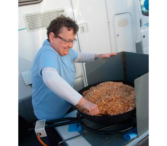 Cocinando las migas de la degustación que ofreció el recién admitido Club Campista Cierzo.