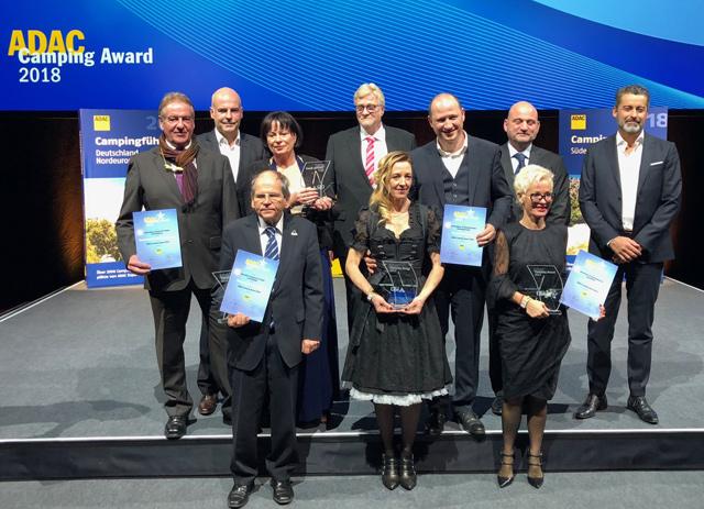 Foto de familia con los representantes de los cuatro campings premiados
