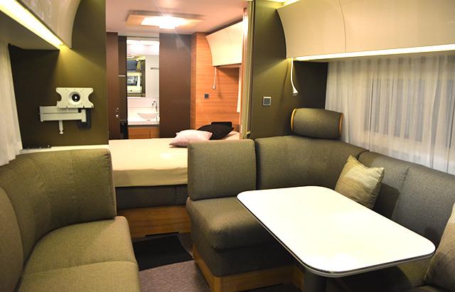 El interior de la caravana Adria Alpina es sorprendente