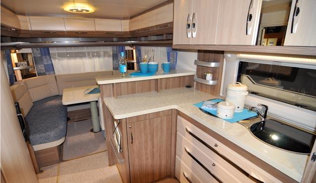 Salón trasero y cocina de la De Luxe 560 CFe