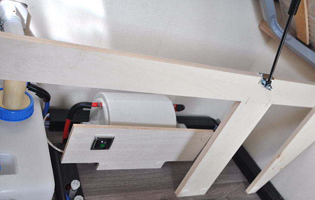 Calentador de agua con su interruptor debajo de la cama doble