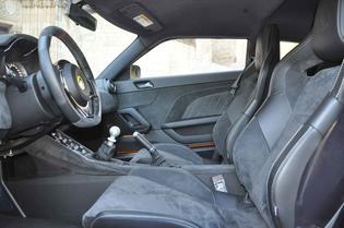 Los asientos Recaro recogen muy bien y el volante es pequeño y con buen tacto