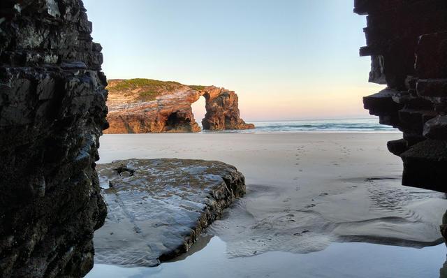 La Playa de las Catedrales es mágica durante el amanecer.