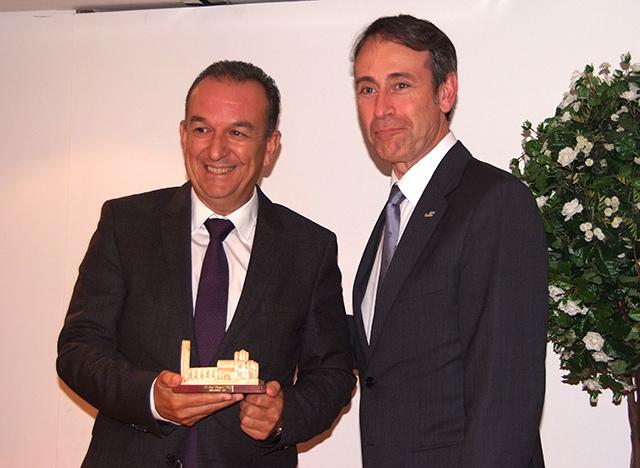 Pepe Franquet recibiendo su premio de manos del director del Patronato de Turismo de Lleida