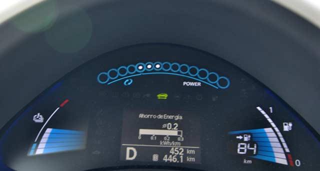 La pantalla frente al volante nos indica, entre otros, la carga restante y la autonomía
