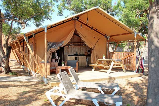 Originales alojamientos con el aspecto de una típica tienda safari y las comodidades de un bungalow moderno