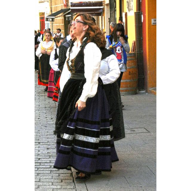 La alcaldesa participó en el desfile inaugural vestida con el traje regional