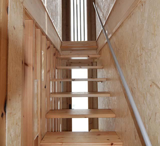 Escalera con peldaños abiertos para dar más luminosidad