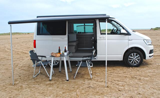 Esta Volkswagen California está acampada.