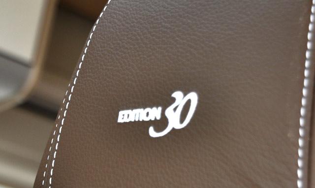 Detalle del 30 aniversario bordado en los asientos de piel