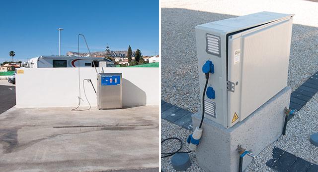 Estación de llenado de aguas y de vaciado y lavado de la autocaravana (Boreal) / Conexión a la red eléctrica de 10 A, toma de agua y desagüe en cada parcela. Esta foto corresponde al Camping Sol de Calpe Boreal