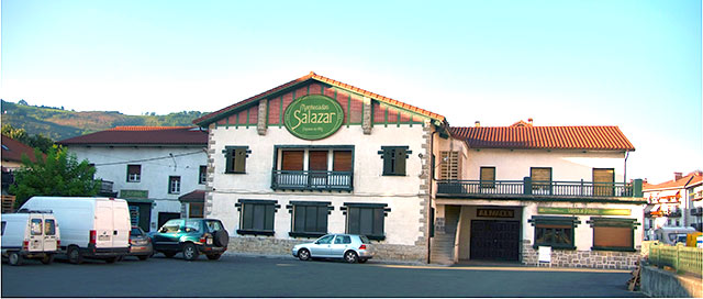"""La Panificadora Batzanesa ha mantenido el letrero """"Salazar"""" que se utilizó para el rodaje de la película """"El guardián invisible"""""""