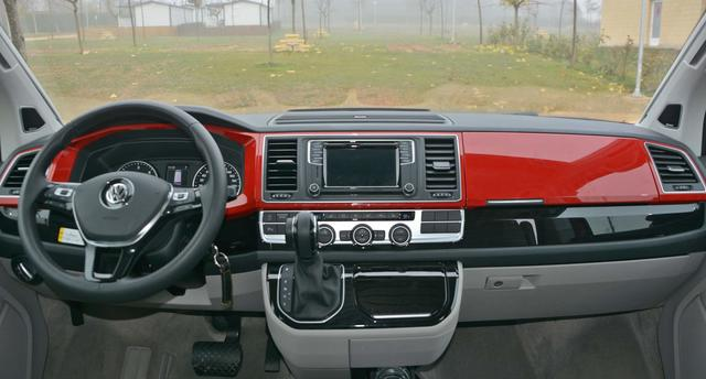 """El Cockpit en color rojo cereza le confieren un estilo muy """"vintage"""""""